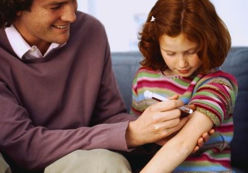 Fetita injectata cu insulina