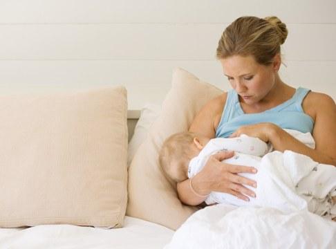 Mama alaptand bebelus
