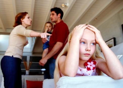 Parinti certandu-se in prezenta copiilor