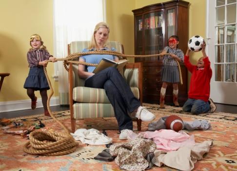 Mama citeste si copiii se joaca