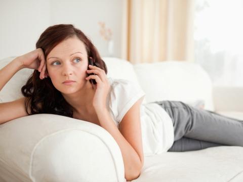 Tanara vorbind la telefon