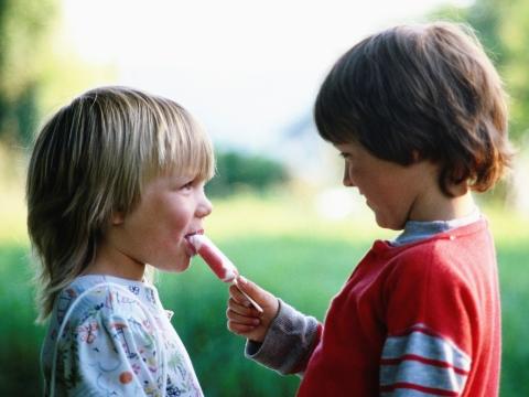 Copii impartind o inghetata