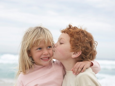 Baietel sarutand o fetita