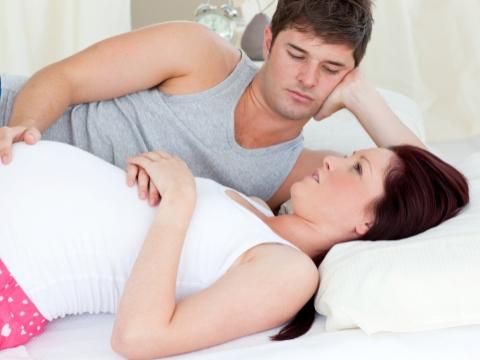 Cuplu ingrijorat stand pe pat