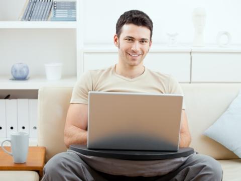 Tanar cu laptop