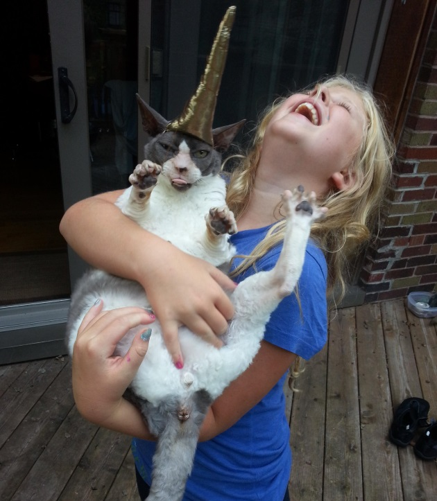 copil care tine pisica in brate
